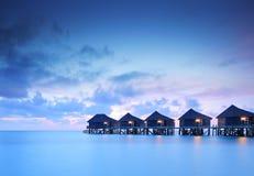 De villaplattelandshuisjes van het water op het eiland van de Maldiven Royalty-vrije Stock Foto