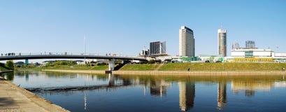 De Vilnius-stad het lopen brug met wolkenkrabbers stock afbeeldingen