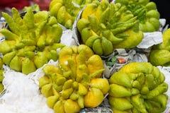 De vinger citron gevingerde citrusvruchten van Boedha in oosterse verering stock foto's