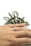 De vinger die van de hand wiith Juwelier geïsoleerde hulpmiddelen rangschikken stock afbeeldingen