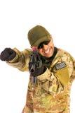De vinger die van de legermilitair geïdentificeerde die bedreiging richten op wh wordt geïsoleerd royalty-vrije stock fotografie
