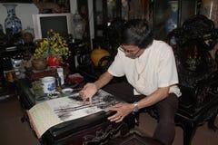 De vinger die van het kunstenaarsgebruik een bamboebeeld schilderen Royalty-vrije Stock Foto's