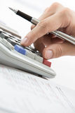 De vinger drukt calculatorknoop Stock Afbeelding