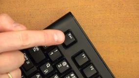 De vinger drukt herhaaldelijk Esc van de hoekknoop