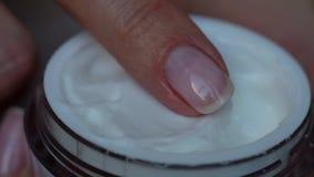 De vinger neemt wat room van de fles, de Huidzorg, de hygiëne en het gezonde het levensconcept Sluit omhoog stock video