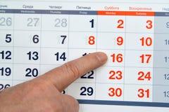 De vinger toont voor output Zaterdag dag in de kalender De Russische tekst - Woensdag, Donderdag, Vrijdag, Zaterdag, Zondag stock foto