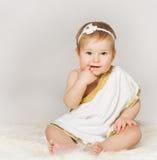 De Vinger van het babymeisje in Mond, het Zitten Grijs Peuterjong geitje, Royalty-vrije Stock Fotografie