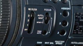 De vinger verandert videoswitcher op digitale camera, nadruk stock videobeelden
