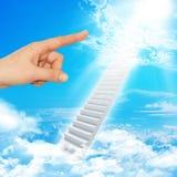 De vinger wijst op trap aan hemel Stock Foto's