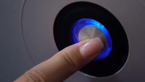 De vingerdrukknop met verlichting, de macht op PC of het huis heffen, lancering van technologie op stock video