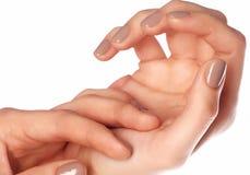 De vingernagels van de Manicuredvrouw met natuurlijk kleurennagellak mani Stock Foto's