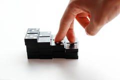 De vingers die omhoog de treden van de zwarte Domino lopen Geïsoleerde Royalty-vrije Stock Foto's