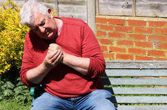 De vingers en de hand van de mensenholding Pijnlijke artritis stock foto