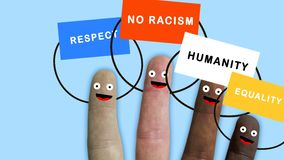 De vingers van één hand, van diverse etnische groepen vertonen met banners, ideale lengte om integratie te vertegenwoordigen en r stock footage