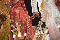 De vingers van de aaneenschakelingspink bij een Hindoes huwelijk van Ceylonese Stock Afbeeldingen