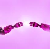De vingers van robots wat betreft Stock Foto