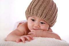 De vingers van weinig babyzuiging royalty-vrije stock foto's
