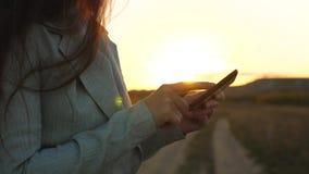 De vingerstouch screen van het meisje van smartphone Close-up De handen van vrouwen houden de smartphone en browser website en e- stock footage
