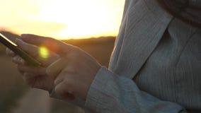 De vingerstouch screen van het meisje van smartphone Close-up De handen van vrouwen houden de smartphone en browser website en e- stock videobeelden
