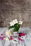 De vintage toujours fleurs de la vie sur la table Images stock