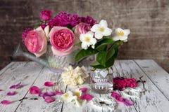 De vintage toujours fleurs de la vie sur la table rustique Photographie stock