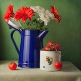 De vintage toujours la vie avec des fleurs et des tomates-cerises Photos stock