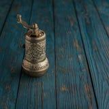 De vintage toujours la vie avec le moulin de poivre en laiton se tenant sur l'en bois Images stock