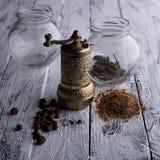 De vintage toujours la vie avec le moulin de poivre en laiton se tenant sur l'en bois Photographie stock libre de droits