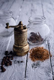 De vintage toujours la vie avec le moulin de poivre en laiton se tenant sur l'en bois Photo stock