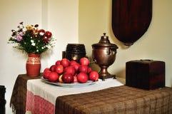 De vintage toujours la vie dans le vieux style rural russe avec le vieux samovar et pommes sur le plateau Photos libres de droits