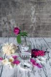 De vintage toujours roses de la vie sur la table Image libre de droits