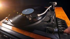 De vinylspeler houdt op werkend en de schijf wordt verwijderd stock videobeelden