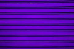 De violette achtergrond van de het blinddeur van de staalrol (garagedeur met h Stock Fotografie