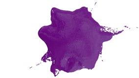 De violette dalingen van het inktdruppeltje op de witte oppervlakte 3d geef vloeistof met zeer hoog detail en alpha- masker voor  royalty-vrije illustratie