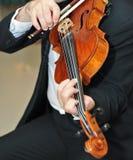 De violist: Het spelen van de musicus viool bij oper Stock Foto
