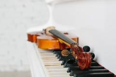 De viool en het toetsenbord van witte piano Stock Afbeeldingen