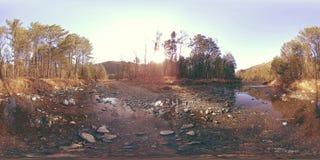 360 de virtuele werkelijkheid van VR van wilde bergen, pijnboombos en rivierstromen Nationale park, weide en zonstralen stock videobeelden