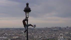 De virtuoos van voetbalfreestyler jongleerde met op lamppost met voetbalbal stock videobeelden