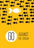 De vis zwemt tegen de stroom Creatieve gele vlakke affiche Stock Foto's
