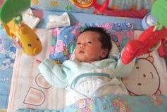 De vissen van de baby en stuk speelgoed Stock Foto