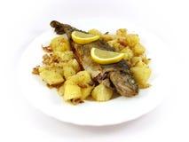 De vissen van de forel, aardappel en citron plaat royalty-vrije stock fotografie