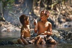De vissen van de jongenslach op handen Royalty-vrije Stock Fotografie