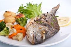 De vissen van de overzeese Brasem met groenten Stock Afbeeldingen