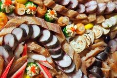 De vissen van fijne vleeswaren op banketlijst Stock Foto