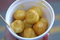 De vissenballen van de kerrie bij een Aziatische Chinese voedselmarkt Royalty-vrije Stock Afbeeldingen