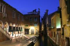 De vissenmarkt van Venetië bij nacht stock fotografie