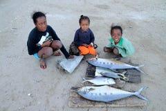 De vissenverkoop van de familie Stock Afbeeldingen