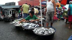De vissenverkoper verkoopt vissen bij de straatvlooienmarkt stock footage