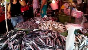 De vissenverkoper verkoopt vissen bij vlooienmarkt stock video