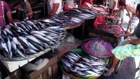 De vissenverkoper verkoopt vissen bij vlooienmarkt stock footage